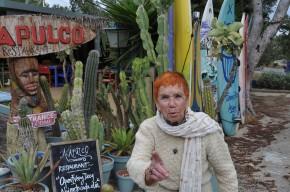 Isabel Echarri devant l'Acapulco, sur laroute de La Mola, Formentera