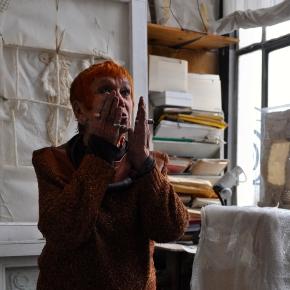 Isabel dans son atelier à Paris