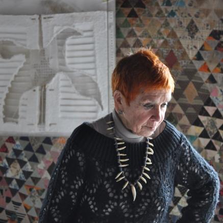 Isabel à Paris, avec une scupture papier à la colombe