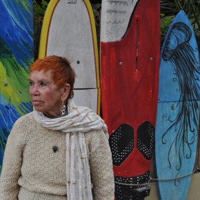 Isabel Echarri devant l'Acapulco, sur la route de La Mola, Formentera