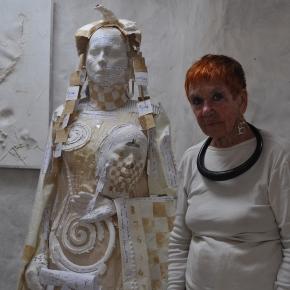 Isabel dans la salle blanche de Formentera