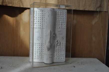 Lettre à une demoiselle rangée Référence: IE 2016 DD #0016 1995 Livre objet daté, numéroté 3/3 et signé avec Fernando Arrabal 50 x 40 x 7 cm (à vue) Collection de l'artiste - Disponible