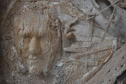 Visage chanteur Référence: IE 2016 DD #0034 2002 Relief tactile en écorce dans cadre d'artiste Signé et daté 69 x 56 x 11 cm Collection de l'artiste - Disponible