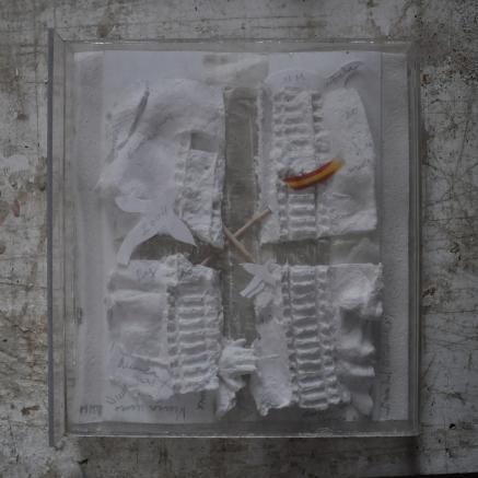 Nunca Mas Référence: IE 2016 DD #1027 2004 23 x 21 x 3 cm Relief en papier dans boite plexiglass Collection de l'artiste - Disponible