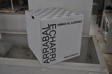 Himno al ajedrez avec Fernando Arrabal Référence: IE 2016 DD #1031 2009 Boite avec jeu d'échec incluant feuille technique mixte Chaque feuillet signé, daté et numéroté 6/6 Boite carrée de 25 cm de côté Collection de l'artiste - Disponible