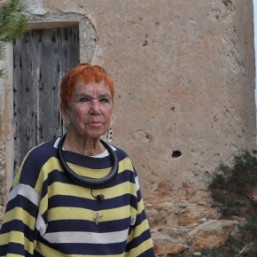 Isabel à Formentera devant le moulin