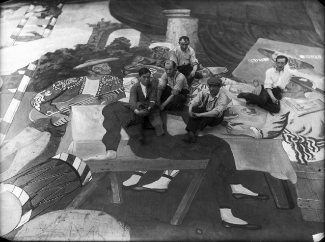 Pablo_Picasso_and_scene_painters_sitting_on_the_front_cloth_for_Parade_(Ballets_Russes)_at_the_Théâtre_du_Châtelet,_Paris,_1917,_Lachmann_photographer.jpg